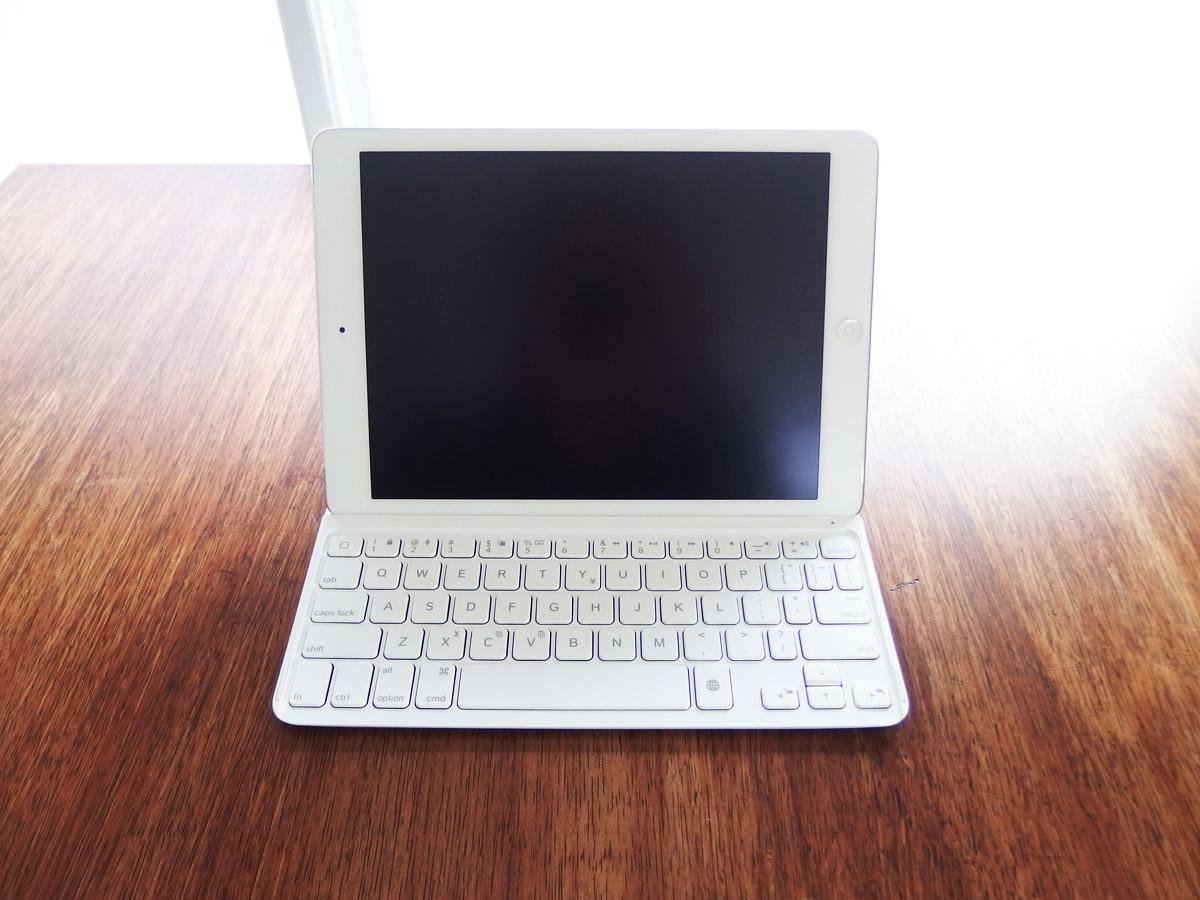 logicoolキーボードi5にiPad airを装着 溝にはめたところ