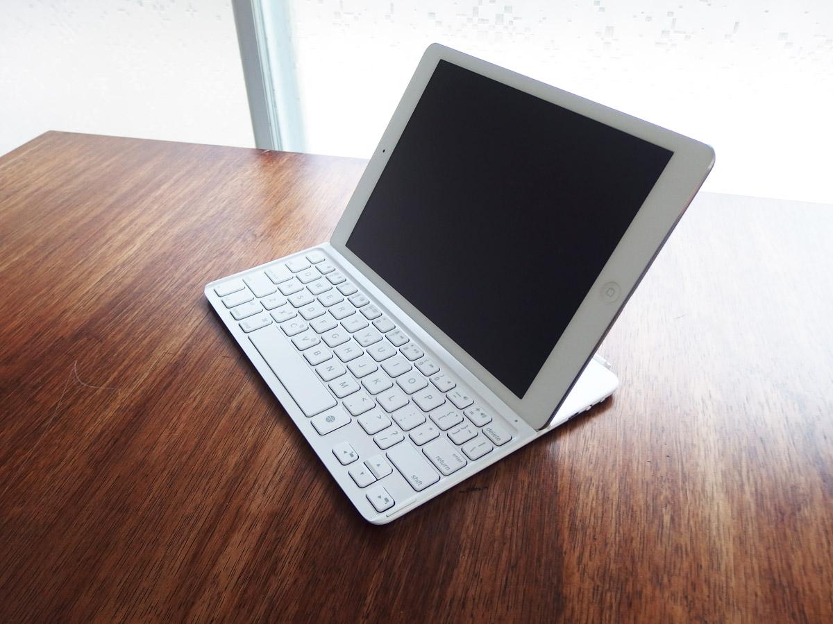 logicoolキーボードi5にiPad airを装着 斜めから