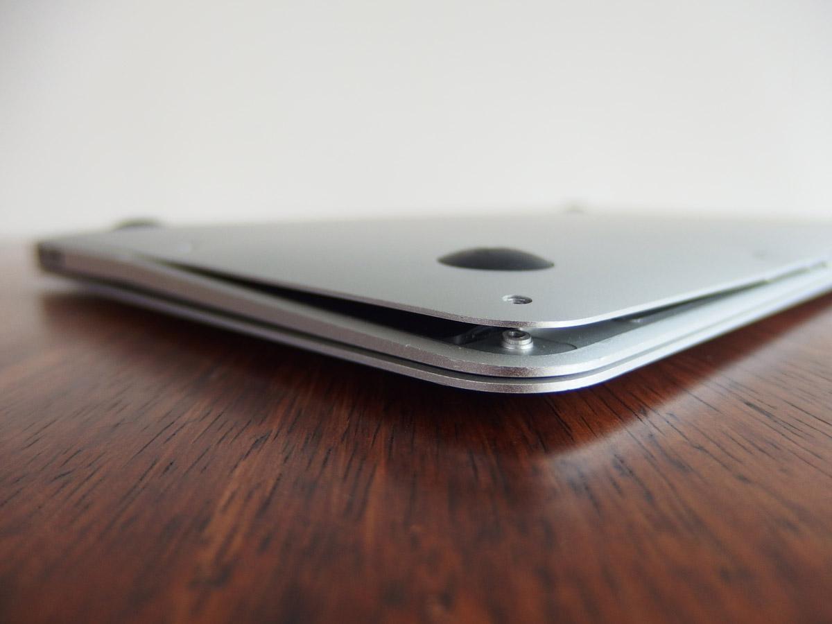 macbook air 変形によりバックパネルが浮いている。