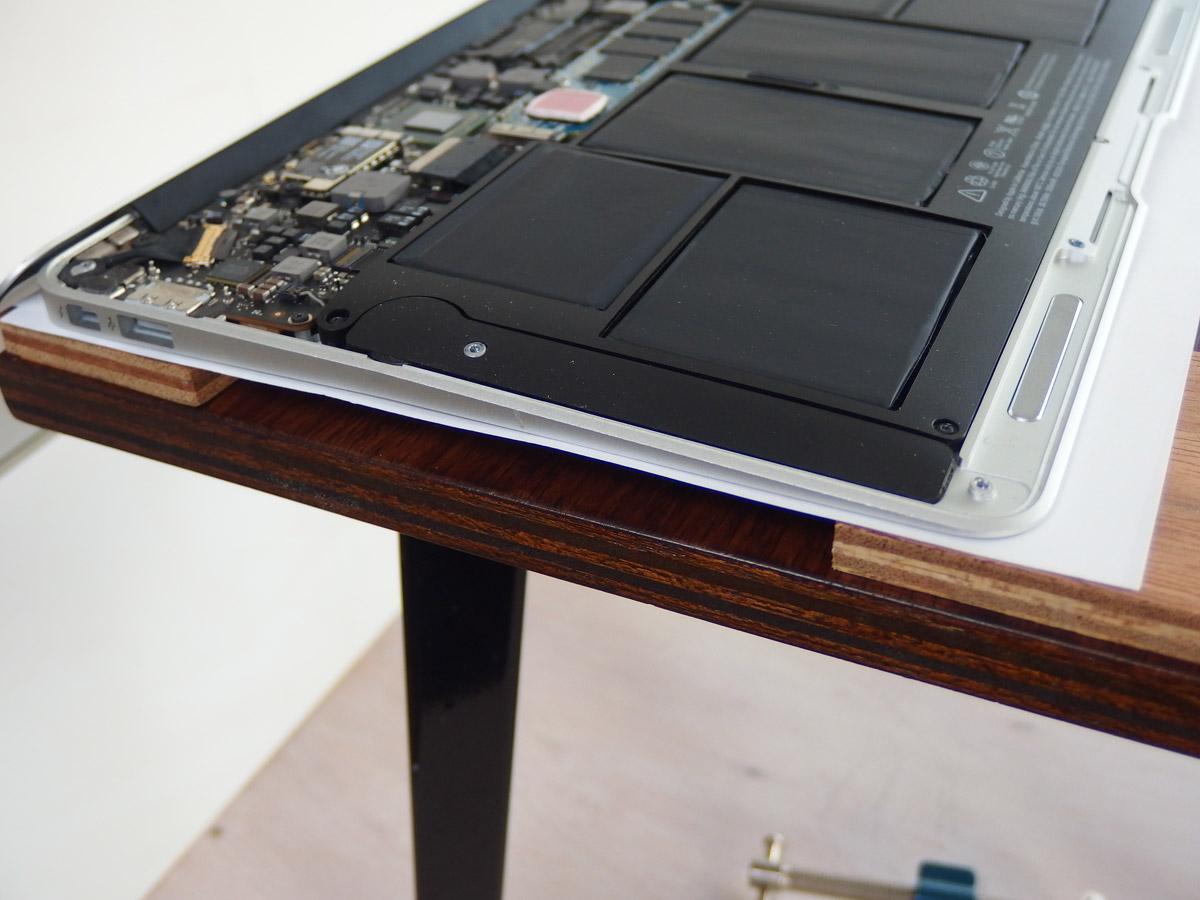 macbook air 変形補修裏返した画像