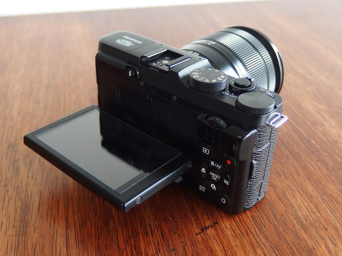 fujifilmのx-m1の外観チルト液晶