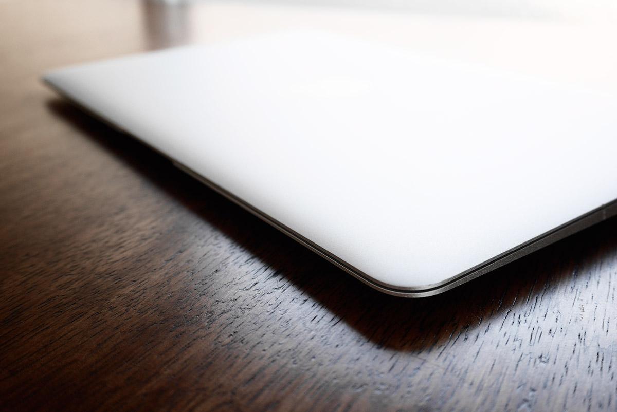 macbook air 11インチを閉じた写真